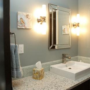 Imagen de cuarto de baño infantil, tradicional renovado, de tamaño medio, con armarios con paneles lisos, puertas de armario de madera en tonos medios, baldosas y/o azulejos grises, baldosas y/o azulejos de vidrio, paredes grises, lavabo sobreencimera y encimera de terrazo