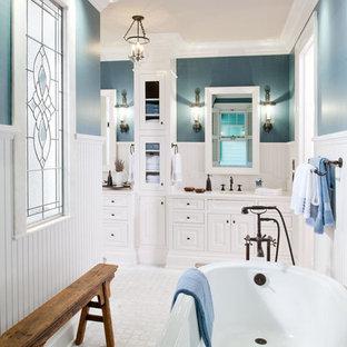Idee per una grande stanza da bagno padronale country con lavabo sottopiano, ante con bugna sagomata, ante bianche, top in marmo, vasca con piedi a zampa di leone, doccia alcova, WC monopezzo, piastrelle bianche, pareti blu e pavimento in marmo