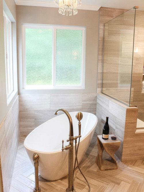 Stanza da bagno con top in quarzo composito e piastrelle - Bagno piastrelle marroni ...
