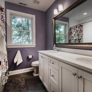 Idee per una stanza da bagno tradizionale con ante in stile shaker, ante bianche, vasca/doccia, WC monopezzo, pareti viola, pavimento in ardesia, lavabo sottopiano, top in quarzite, pavimento nero, doccia con tenda e top bianco