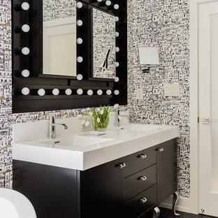 ボストンの広いトランジショナルスタイルのおしゃれなマスターバスルーム (一体型シンク、家具調キャビネット、黒いキャビネット、マルチカラーの壁、ラミネートカウンター、置き型浴槽、オープン型シャワー、黒いタイル、モザイクタイル、モザイクタイル、黒い床) の写真