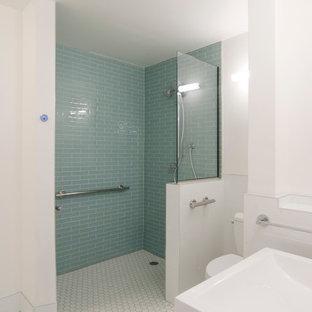 Foto di una stanza da bagno padronale minimal di medie dimensioni con ante lisce, ante nere, doccia a filo pavimento, piastrelle di vetro, pareti bianche, pavimento con piastrelle in ceramica, lavabo a consolle, pavimento bianco, doccia aperta, WC a due pezzi e piastrelle blu