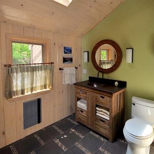 Foto di una stanza da bagno padronale american style di medie dimensioni con lavabo integrato, consolle stile comò, ante in legno scuro, WC monopezzo, piastrelle marroni, piastrelle a mosaico, pareti verdi, pavimento in gres porcellanato e top in rame