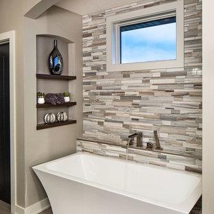Modelo de cuarto de baño principal, contemporáneo, con bañera exenta, baldosas y/o azulejos beige, baldosas y/o azulejos grises y paredes grises