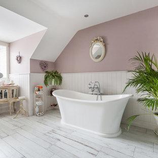 Inredning av ett shabby chic-inspirerat mellanstort badrum, med ett fristående badkar, rosa väggar och vitt golv