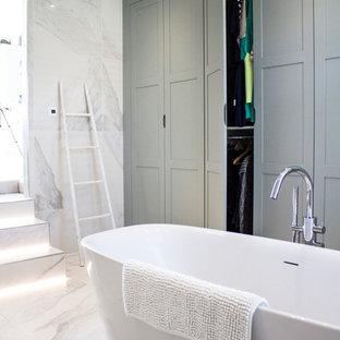Foto di una stanza da bagno padronale design di medie dimensioni con vasca freestanding e ante grigie