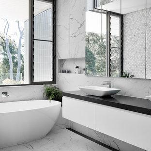 Свежая идея для дизайна: главная ванная комната среднего размера в современном стиле с плоскими фасадами, белыми фасадами, отдельно стоящей ванной, унитазом-моноблоком, разноцветной плиткой, металлической плиткой, разноцветными стенами, мраморным полом, настольной раковиной и разноцветным полом - отличное фото интерьера