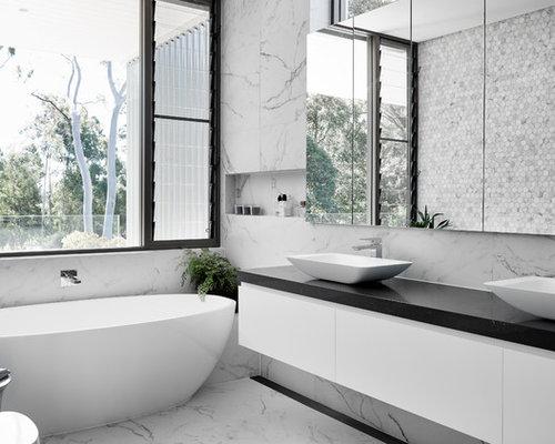 Salle de bain avec carrelage en m tal photos et id es for Taille moyenne salle de bain