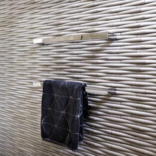 Неиссякаемый источник вдохновения для домашнего уюта: ванная комната среднего размера в современном стиле с плоскими фасадами, белыми фасадами, отдельно стоящей ванной, унитазом-моноблоком, разноцветной плиткой, металлической плиткой, разноцветными стенами, мраморным полом, настольной раковиной, столешницей из дерева и разноцветным полом