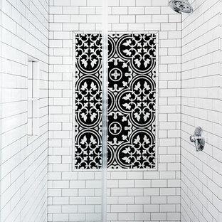 Источник вдохновения для домашнего уюта: главная ванная комната среднего размера в стиле неоклассика (современная классика) с фасадами в стиле шейкер, бирюзовыми фасадами, открытым душем, унитазом-моноблоком, серой плиткой, керамической плиткой, серыми стенами, полом из керамогранита, врезной раковиной, столешницей из искусственного камня, разноцветным полом, душем с распашными дверями и белой столешницей