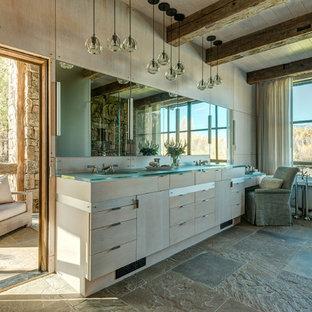 Свежая идея для дизайна: большая главная ванная комната в стиле рустика с отдельно стоящей ванной, разноцветной плиткой, каменной плиткой, накладной раковиной, стеклянной столешницей, плоскими фасадами, бежевыми фасадами, бежевыми стенами и полом из керамической плитки - отличное фото интерьера