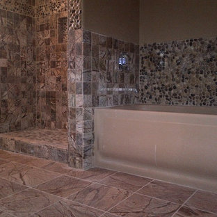 Foto de cuarto de baño principal, actual, de tamaño medio, con encimera de mármol, jacuzzi, baldosas y/o azulejos marrones, suelo de baldosas tipo guijarro, paredes marrones y suelo de mármol