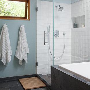 Ispirazione per una stanza da bagno padronale moderna con vasca da incasso, doccia ad angolo, piastrelle bianche, piastrelle di vetro, pareti blu e pavimento in ardesia