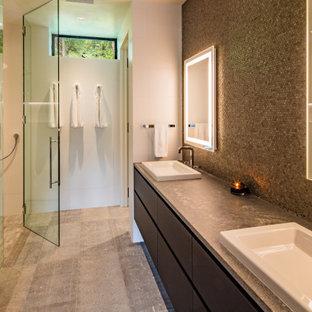Modernes Badezimmer mit flächenbündigen Schrankfronten, Unterbauwanne, Eckdusche, grauen Fliesen, Mosaikfliesen, Einbauwaschbecken, grauem Boden, grauer Waschtischplatte und Doppelwaschbecken in Denver