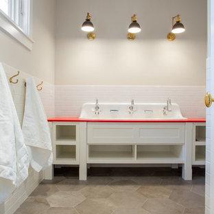 Свежая идея для дизайна: детская ванная комната среднего размера в современном стиле с открытыми фасадами, белыми фасадами, белой плиткой, плиткой кабанчик, раковиной с несколькими смесителями, столешницей из искусственного камня и красной столешницей - отличное фото интерьера