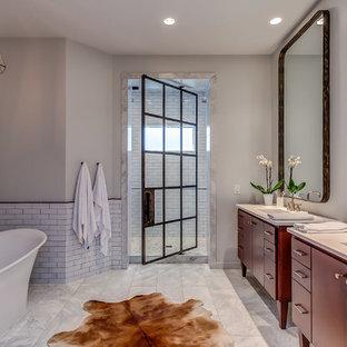 Idéer för funkis badrum, med möbel-liknande, röda skåp, ett fristående badkar, en dusch i en alkov, vit kakel, tunnelbanekakel, vita väggar, ett undermonterad handfat och dusch med gångjärnsdörr