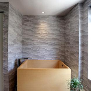 Idee per una grande stanza da bagno padronale minimalista con lavabo integrato, ante in stile shaker, ante in legno chiaro, top in cemento, vasca giapponese, doccia alcova, WC a due pezzi, piastrelle grigie, piastrelle in gres porcellanato, pareti grigie e pavimento in gres porcellanato