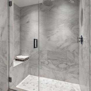 ニューヨークのトランジショナルスタイルのおしゃれな浴室 (アルコーブ型シャワー、グレーのタイル、白いタイル、グレーの壁、モザイクタイル、開き戸のシャワー) の写真