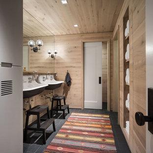 Ejemplo de cuarto de baño infantil, actual, con paredes marrones, lavabo suspendido y suelo negro