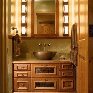 Inspiration för ett litet vintage badrum med dusch, med kaklad bänkskiva, ett fristående handfat, möbel-liknande, skåp i mellenmörkt trä, beige väggar, skiffergolv och beiget golv