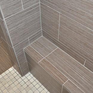 Modelo de cuarto de baño principal, moderno, grande, con armarios estilo shaker, puertas de armario blancas, ducha empotrada, sanitario de dos piezas, baldosas y/o azulejos blancos, baldosas y/o azulejos de cerámica, paredes grises, suelo vinílico, lavabo sobreencimera y encimera de mármol