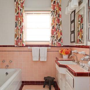 Immagine di una stanza da bagno padronale tradizionale di medie dimensioni con top piastrellato, top rosa, vasca da incasso, vasca/doccia e lavabo sottopiano