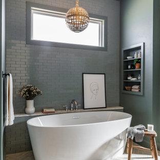 Bild på ett stort vintage en-suite badrum, med ett fristående badkar, grå kakel, keramikplattor, grå väggar, tegelgolv och beiget golv