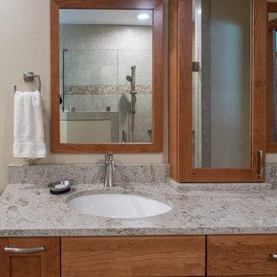 Ejemplo de cuarto de baño principal, tradicional renovado, de tamaño medio, con lavabo bajoencimera, armarios con paneles empotrados, puertas de armario de madera oscura, encimera de cuarzo compacto, ducha doble, sanitario de dos piezas, baldosas y/o azulejos beige, baldosas y/o azulejos de porcelana, paredes beige y suelo de linóleo