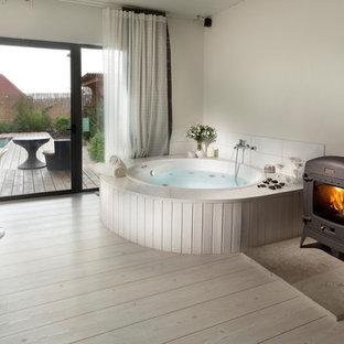 Ejemplo de cuarto de baño rural con jacuzzi