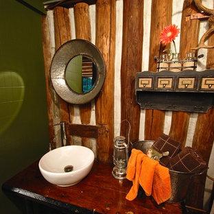 Exempel på ett litet rustikt brun brunt badrum med dusch, med ett nedsänkt handfat, träbänkskiva, en toalettstol med hel cisternkåpa, bruna väggar och plywoodgolv