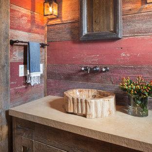 Modelo de cuarto de baño rural con lavabo sobreencimera, armarios estilo shaker, puertas de armario de madera en tonos medios y paredes rojas