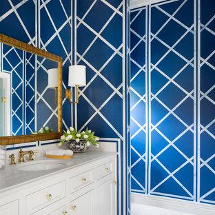Foto de cuarto de baño clásico renovado, grande, con lavabo bajoencimera, armarios con paneles empotrados, puertas de armario blancas, encimera de cuarcita, paredes azules y suelo de baldosas de cerámica