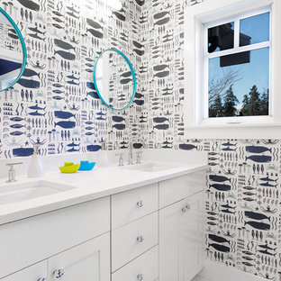 Idee per una stanza da bagno per bambini stile marinaro di medie dimensioni con ante in stile shaker, ante bianche, pareti blu, lavabo sottopiano, top in quarzo composito, pavimento con piastrelle in ceramica e top bianco