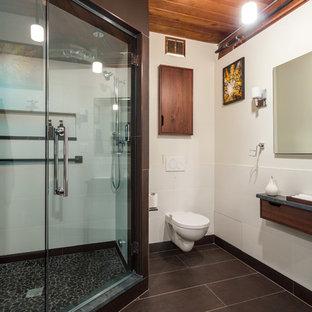 Immagine di una sauna industriale di medie dimensioni con ante lisce, ante in legno scuro, WC sospeso, piastrelle multicolore, piastrelle di ciottoli, pareti bianche, pavimento con piastrelle in ceramica, lavabo sospeso e top in quarzo composito