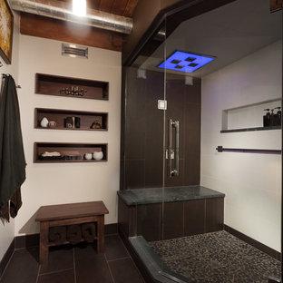 Foto di una sauna industriale di medie dimensioni con ante lisce, ante in legno scuro, WC sospeso, piastrelle multicolore, piastrelle di ciottoli, pareti bianche, pavimento con piastrelle in ceramica, lavabo sospeso e top in quarzo composito