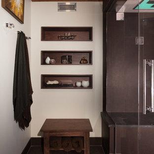 Esempio di una sauna industriale di medie dimensioni con ante lisce, ante in legno scuro, WC sospeso, piastrelle multicolore, piastrelle di ciottoli, pareti bianche, pavimento con piastrelle in ceramica, lavabo sospeso e top in quarzo composito