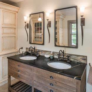 Foto di una piccola stanza da bagno padronale country con pareti grigie, lavabo sottopiano, top in saponaria, pavimento grigio, consolle stile comò, ante in legno bruno e top nero