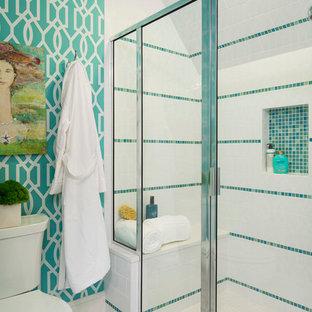 Klassisches Duschbad mit bunten Wänden, Duschnische, Wandtoilette mit Spülkasten, Mosaikfliesen, Mosaik-Bodenfliesen, blauen Fliesen, grünen Fliesen und weißen Fliesen in Minneapolis
