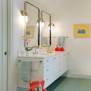 Esempio di una stanza da bagno contemporanea con ante lisce, ante bianche, pareti bianche, pavimento con piastrelle a mosaico, lavabo sottopiano e pavimento verde