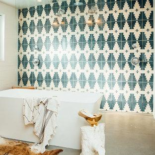 Inspiration för ett mycket stort 50 tals en-suite badrum, med ett fristående badkar, en öppen dusch, flerfärgad kakel, flerfärgade väggar, betonggolv, träbänkskiva, grått golv och med dusch som är öppen