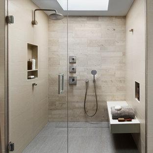 На фото: ванная комната в стиле модернизм с бежевой плиткой, полом из керамогранита, душем без бортиков, бежевыми стенами, керамогранитной плиткой, серым полом и открытым душем с