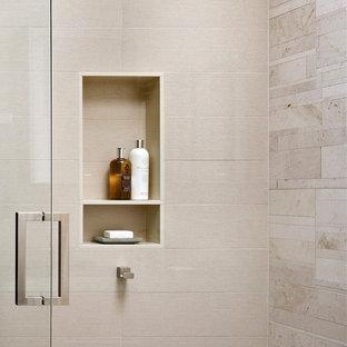 Modelo de sauna minimalista con baldosas y/o azulejos de porcelana, encimera de cuarzo compacto, ducha con puerta con bisagras y baldosas y/o azulejos beige