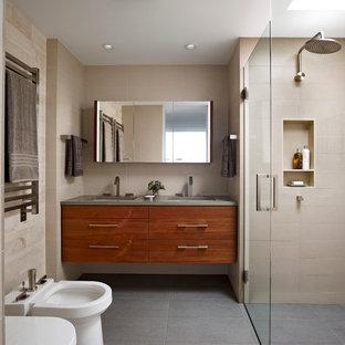 Esempio di una stanza da bagno moderna con lavabo sottopiano, ante lisce, top in quarzo composito, piastrelle beige, piastrelle in gres porcellanato, pavimento in gres porcellanato, doccia a filo pavimento, bidè e ante in legno scuro