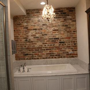 Ispirazione per una stanza da bagno con doccia industriale di medie dimensioni con consolle stile comò, ante in legno bruno, vasca da incasso, pareti bianche, pavimento in laminato, lavabo sottopiano e top in marmo