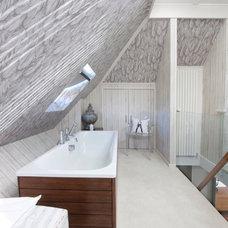 Modern Bathroom by Walk Interior Design Limited