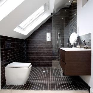 Foto di una stanza da bagno contemporanea con ante lisce, doccia a filo pavimento, WC monopezzo, piastrelle nere, piastrelle diamantate, pareti nere, pavimento con piastrelle in ceramica e ante in legno bruno