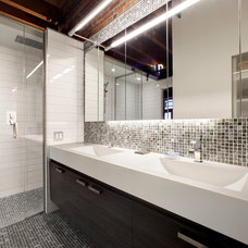 Contemporary Bathroom by Atelier BOOM TOWN
