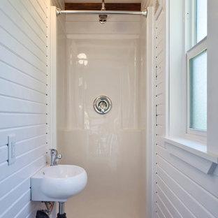 Kleines Klassisches Badezimmer mit Duschnische, Toilette mit Aufsatzspülkasten, weißer Wandfarbe, dunklem Holzboden und Wandwaschbecken in Vancouver
