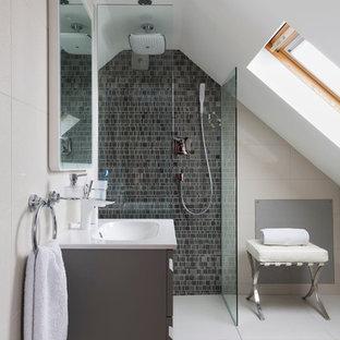 Ispirazione per una stanza da bagno design con lavabo integrato, ante grigie, doccia a filo pavimento, pareti bianche, piastrelle di vetro e piastrelle grigie