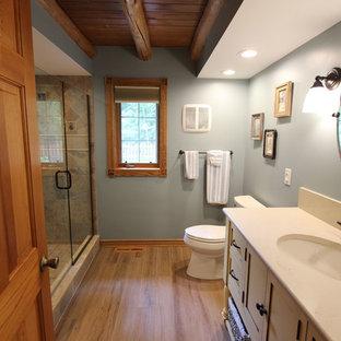 Imagen de cuarto de baño principal, rústico, de tamaño medio, con ducha esquinera, baldosas y/o azulejos beige, baldosas y/o azulejos de porcelana, paredes azules, suelo de baldosas de porcelana, lavabo bajoencimera y suelo beige